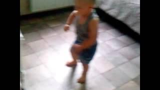 Малыш танцует непохожие