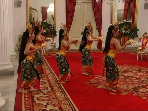 Raw: Pence in Indonesia, Sees Traditional Dance
