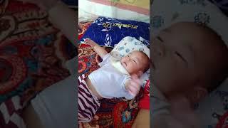Em bé 5 tháng tuổi vừa liếc nhìn vừa cười