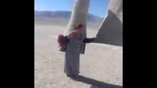 Bailando con la mano del desierto