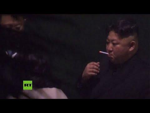 Las curiosas imágenes de Kim Jong-un fumando en una estación china