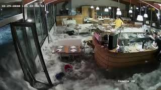 น้ำทะเล ซัดประตูพัง Wave Crashes Through Windows of Italian Restaurant