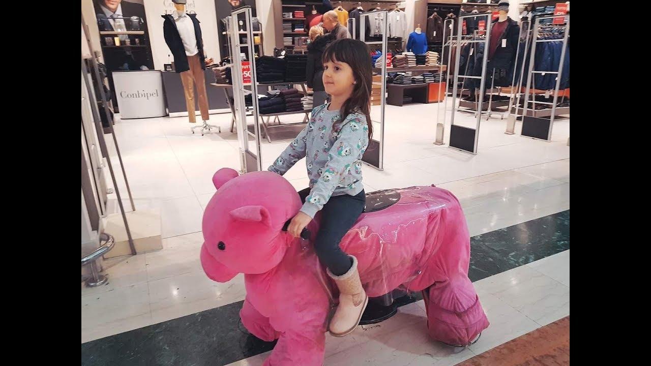 Download Daniel e Alyssa: gara pazza nel centro commerciale 😂