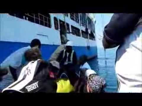 MALAWI Disembarking from ship Ilala ago/13