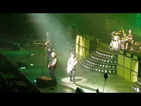 Green day Firenze 11 gennaio 2017. Billie fa cantare un ragazzo che fa stage dive.