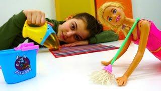 Видео про кукол - Барби делает уборку в магазине