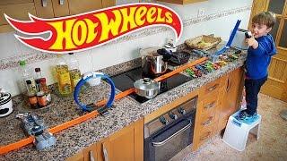 HOT WHEELS NA COZINHA!! Corrida de Carros na Pista Track Builder - Hotwheels in the Kitchen  