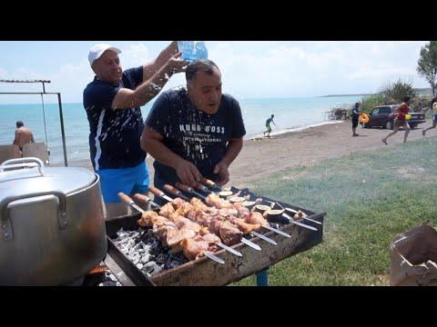 Отмечаем праздник «Вардавар» с друзьями на берегу озера Севан.