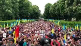 Тысячи людей пришли возложить цветы к стеле Неизвестному солдату | Страна.ua
