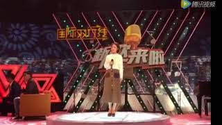 Gambar cover 郭津彤在台上录节目,云飞在下面为妻子助威拍照