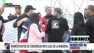 Llegan manifestantes a la Plaza de la Bandera