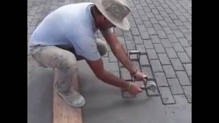 Forma kostki brukowej, odbijana na betonie