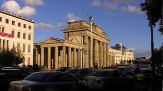 Berlin: Am Brandenburger Tor spürt man den Pulsschlag der Zeit. You can feel the pulse of time