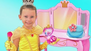 Alice finge jugar con los juguetes de maquillaje y va a un concurso de princesas