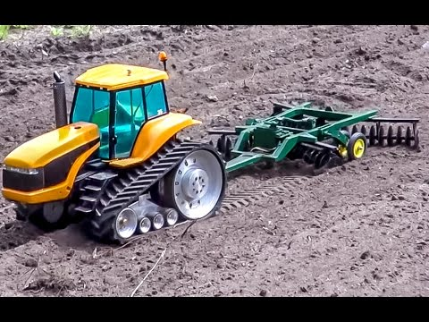 RC Tractor Caterpillar Challenger Sprinkling And Plowing Action