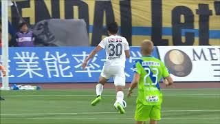 後方からのロングパスに抜け出した西村 拓真(仙台)が同試合での自身2...