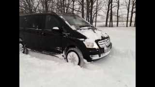 Viano 4matic, поле, много снега, сильный ветер.(4matic - рулит, автомобиль самостоятельно проехал около 600 метров по полю. Снег 50 см. Снято 23.03.13 http://www.drive2.ru/cars/merc..., 2013-03-23T19:15:10.000Z)