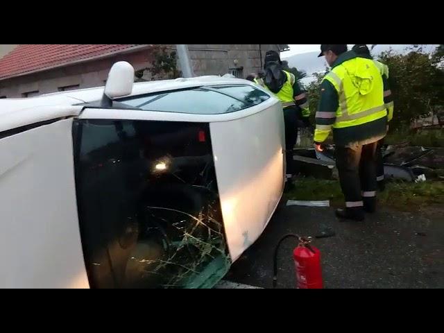 Aparatoso accidente en Poio: un coche se sale de la vía y acaba volcado sobre una farola en Poio