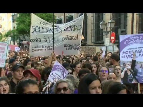 النساء تتظاهرن احتجاجا على حكم الإفراج عن متهمين في قضية اغتصاب فتاة…  - 00:21-2018 / 6 / 23