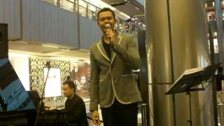 The Way You Look Tonight (Jerome Kern) by Hazrul Nizam @ Paragon (16 Feb 11) (HD)