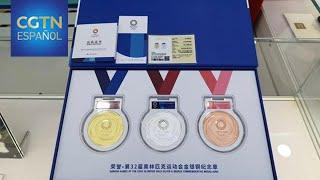 Nuevos productos autorizados de los JJ.OO. se exponen en una franquicia en Beijing