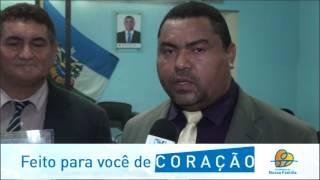 Vereador Luizinho aponta a alegria ao entregar a cidadania aos agraciados