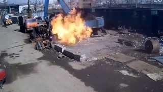Газорезчик Режет Газовый Баллон. Жесть! - Smart Burner(Газорезчик начал резать газовый баллон и дело кончилось большим пожаром. Загорелся стоящий рядом экскават..., 2015-04-19T16:09:02.000Z)