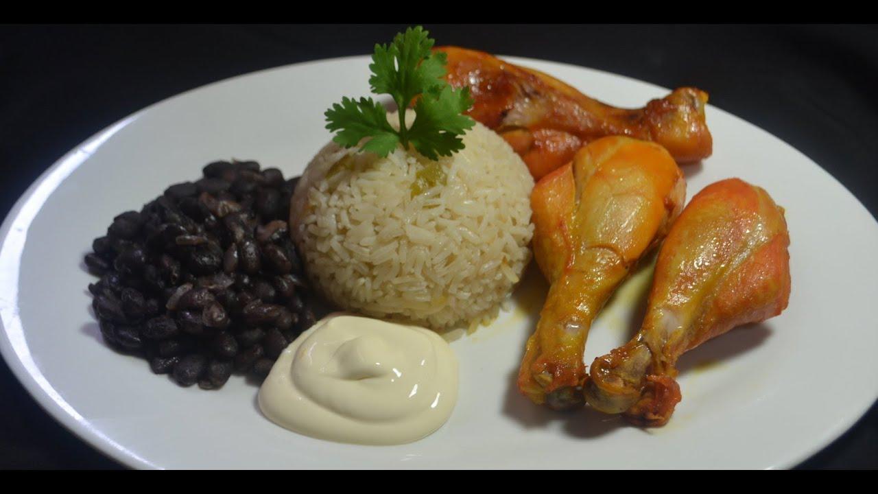 Piernas De Pollo Con Arroz, Frijoles Y Aguacate