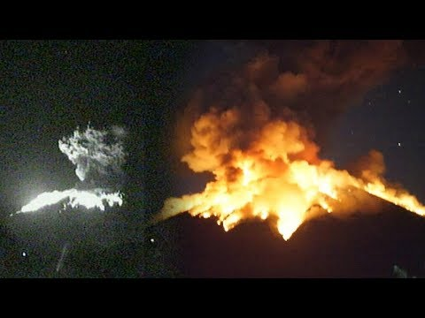BREAKING NEWS! Video Detik-detik Gunung Agung Bali Alami Erupsi Malam Ini