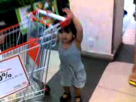 Phương Anh đi siêu thị Coopmart Đà nẵng