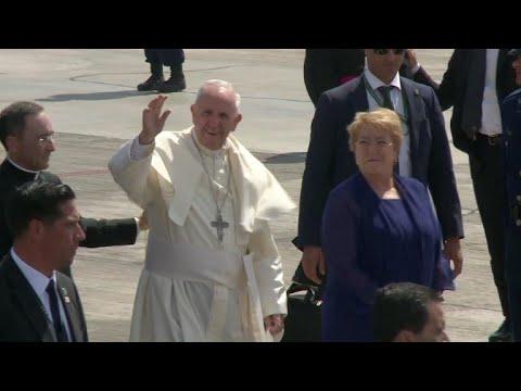 Papa concluyó visita a Chile empañada por polémicas