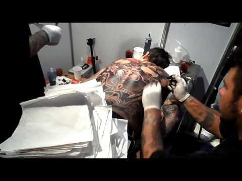 tatuaje espalda en una sesion