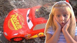 Мультики для детей. Развивающие Мультики про Машинки. Диана спасает игрушку от грязи