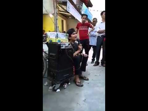 """""""Đêm Buồn Phố Thị"""" hát rong đường phố quá hay ."""