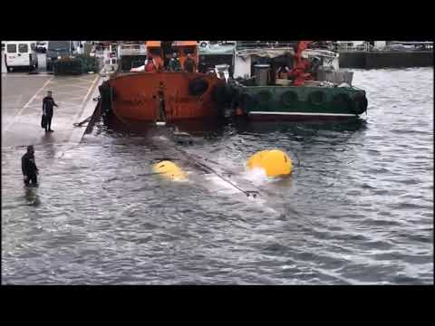 El narcosubmarino en el puerto de Aldán
