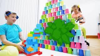Дети катаются на спортивных мотоциклах и строят пирамиды из конструктора