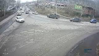 В Усть-Куте грузовик снёс светофорный объект. Часть 1