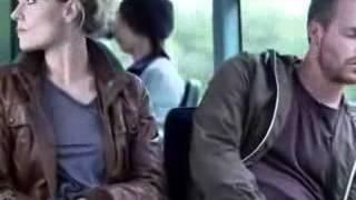 Ofolgadoea- Mujer aprovechandose de un hombre que esta dormido en un bus
