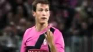 Lichtsteiner fa il gesto del 4-0 a Lamela. E lui gli sputa.