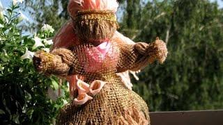 Как сделать куклу из пряжи.(Кукла из пряжи своими руками. Смотрите простой мастер класс Источник: http://www.sdelaysam-svoimirukami.ru/1767-kukla-motanka-iz-pryazhi.ht..., 2015-07-10T18:43:37.000Z)