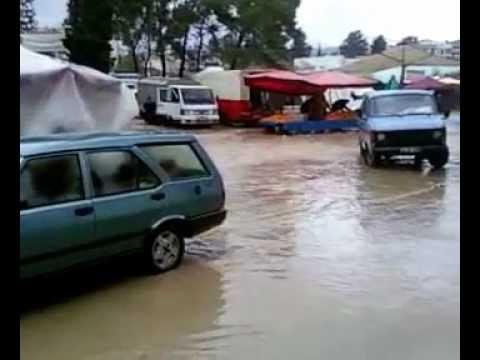 Pazar günkü şiddetli yağış esnasında İzmir Buca pazarından manzaralar_1 ve 2
