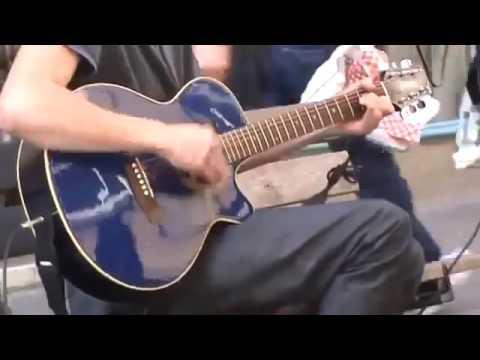 Парень удивил всю улицу своим пением под гитару