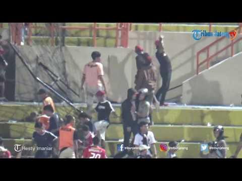DETIK-DETIK Suporter Sempat Ricuh Seusai Persija Menjamu PSIS Di Stadion Sultan Agung Bantul