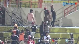 Download Video DETIK-DETIK Suporter Sempat Ricuh Seusai Persija Menjamu PSIS di Stadion Sultan Agung Bantul MP3 3GP MP4