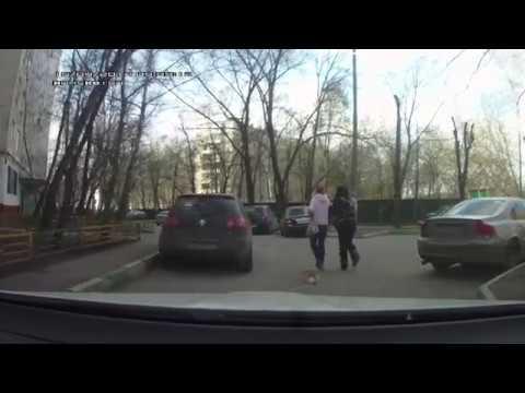 Пьяная женщина тащит за собой мёртвую собаку на поводке.