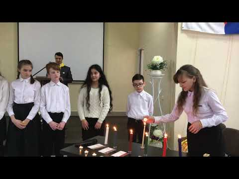 Посвящение в церкви христиан адвентистов ребят в следопыты, зажжение свечей.