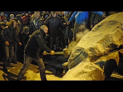 Kiev protesters pull down statue of Lenin