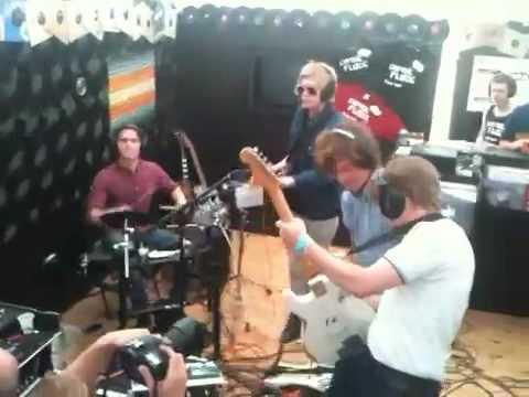 Thee Attacks spiller høretelefon-koncert