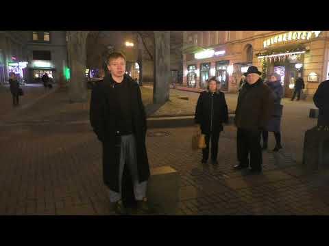 Александр  Серебряков читает стихи на Арбате