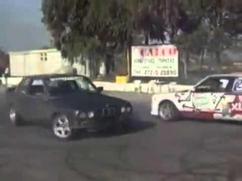 נהג נוהג על שני מכוניות ביחד איך זה יכול להיות?  ב